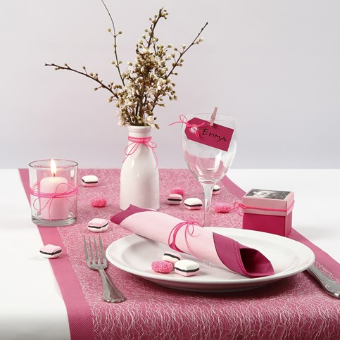 Pink rose and white table decorations for a feminine - Pink and white decorations ...
